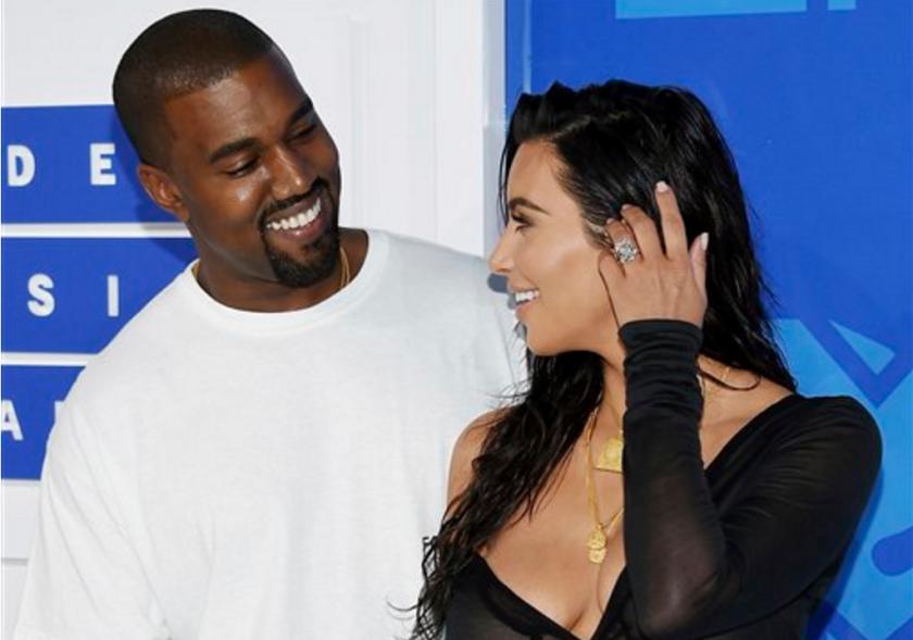 En esta imagen de archivo, Kanye West (izquierda) y Kim Kardashian West a su llegada a los MTV Video Music Awards en Nueva York. Ladrones armados entraron en la madrugada del 3 de octubre en una vivienda de París en la que se alojaba Kim Kardashian West para sustraer joyas por importe de 6 millones de euros (6,7 millones de dólares) además de un anillo valorado en 4 million euros (4,5 millones de dólares). (Foto de Evan Agostini/Invision/AP, archivo)