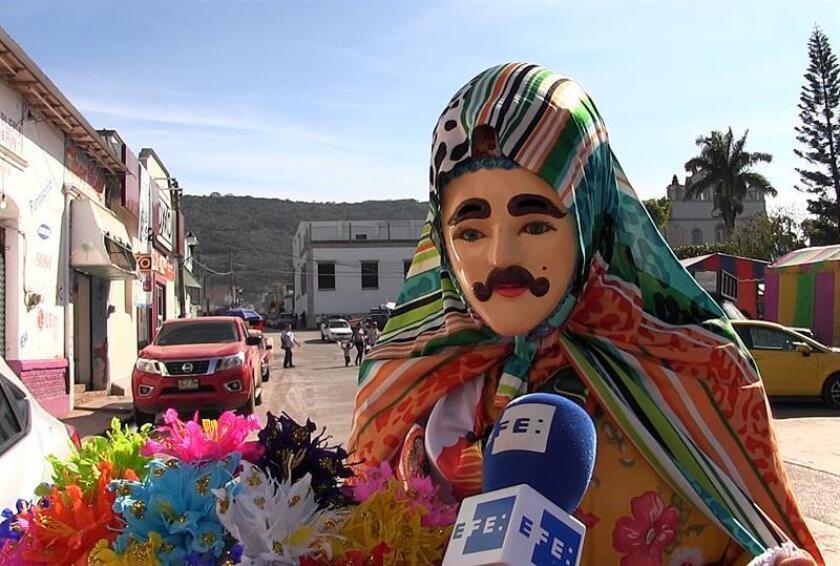 Fotograma de un vídeo que muestra a un hombre con un atuendo tradicional del carnaval Zoque durante una entrevista con Efe, en el municipio de Ocozocoautla, Chiapas (México). EFE