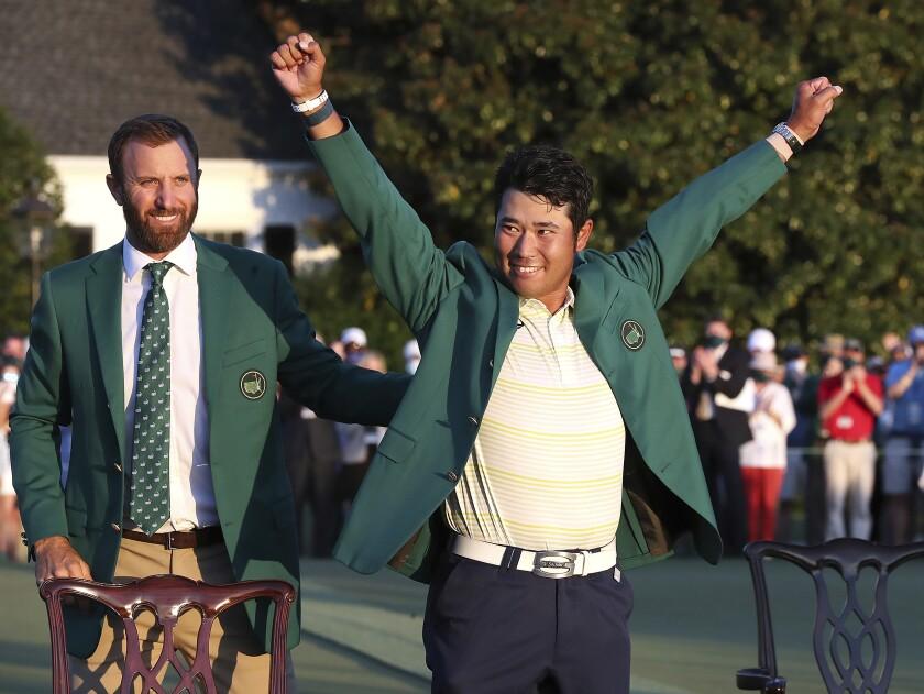 El japonés Hideki Matsuyama celebra después de que Dustin Johnson le puso el saco verde