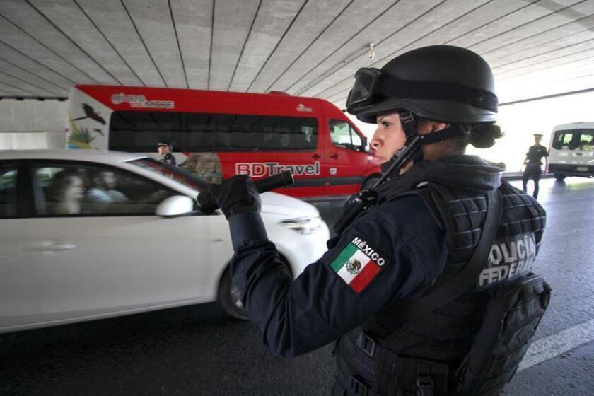 Una mujer de la Policía Federal realizan labores de vigilancia en ciudad de México. EFE/Archivo