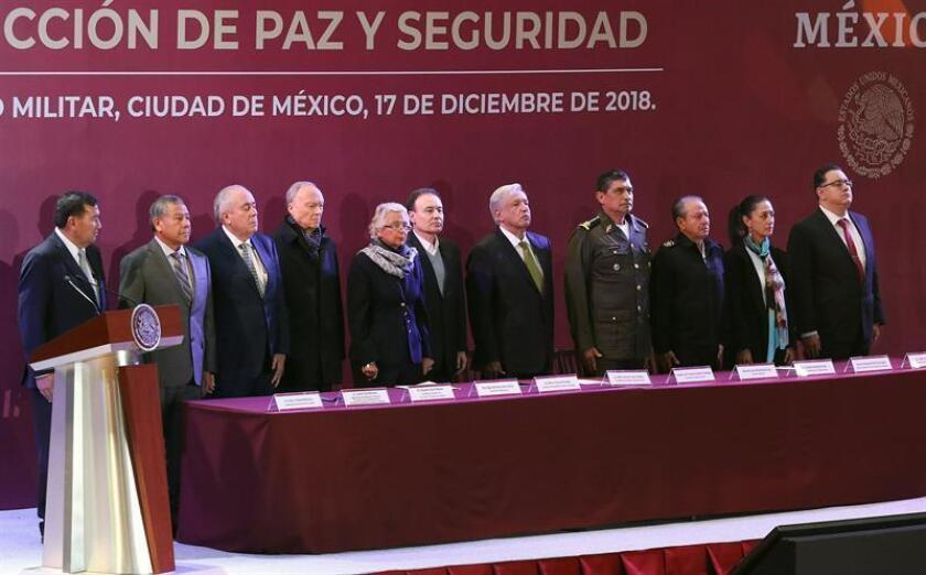 Fotografía cedida por la presidencia de México, que muestra al presidente de México, Andrés Manuel López Obrador (c), mientras participa en un acto protocolario hoy, en Ciudad de México (México). EFE/ Presidencia de México SOLO USO EDITORIAL