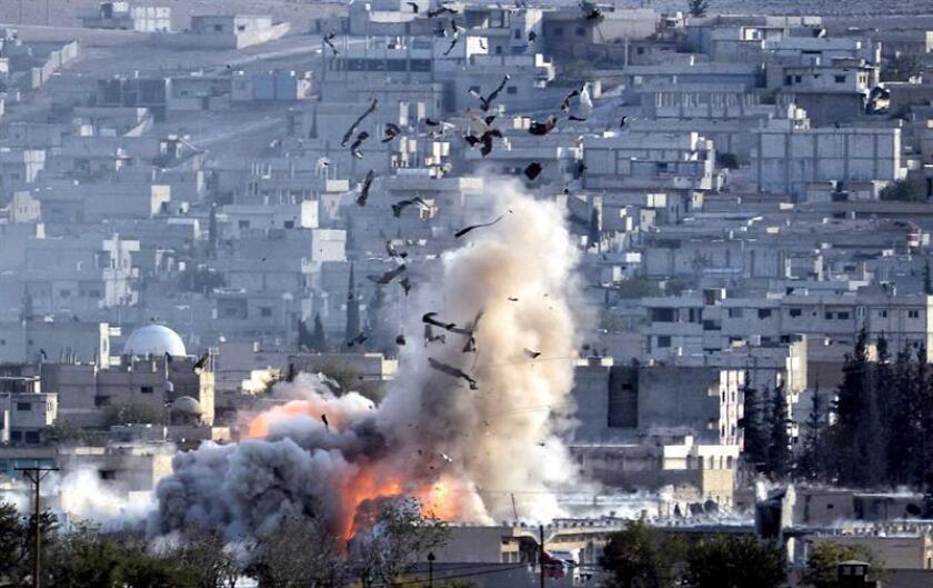 Vista de una explosión tras un presunto ataque de las fuerzas de la coalición lideradas por Estados Unidos en el enclave kurdo de Kobani, Siria. EFE/Archivo