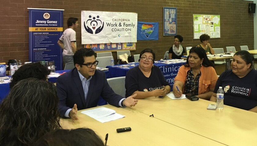 Varios agentes sociales y médicos en conjunto con el asambleísta Jimmy Gómez participaron el sábado en un acto informativo del Permiso Familiar Pagado (PFL), en el barrio latino de Boyle Heights de Los Ángeles. Foto de las redes sociales del funcionario.
