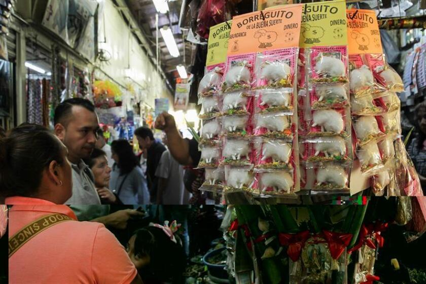 Varios artículos usados como parte de los rituales para recibir el Año Nuevo son ofrecidos hoy, viernes 30 de diciembre de 2016, en el Mercado Sonora, en Ciudad de México. Con la intuición de las aves que se anticipan a las catástrofes, los mexicanos se aferran este fin de año a la alegría activa en sus genes saliendo a las calles y siguiendo sus tradiciones, como ardid para espantar el estropicio que, según la prensa y los analistas, reinará en el país en 2017 por la incertidumbre ante el triunfo del presidente electo de EE.UU., Donald Trump, la devaluación del peso respecto al dólar y el alza de la gasolina. EFE