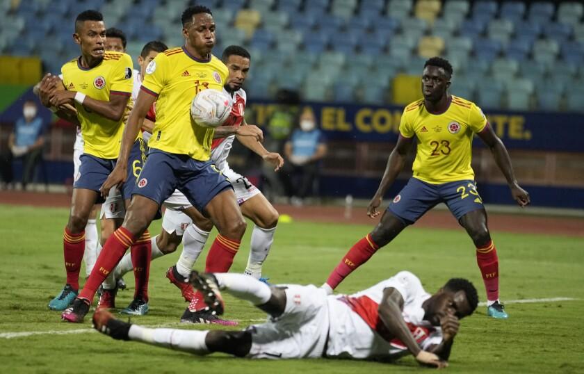 Yerry Mina, de la selección de Colombia, anota en su propio arco durante el partido ante Perú, correspondiente a la Copa América y realizado el domingo 20 de junio de 2021 en Goiania, Brasil (AP Foto/Ricardo Mazalan)