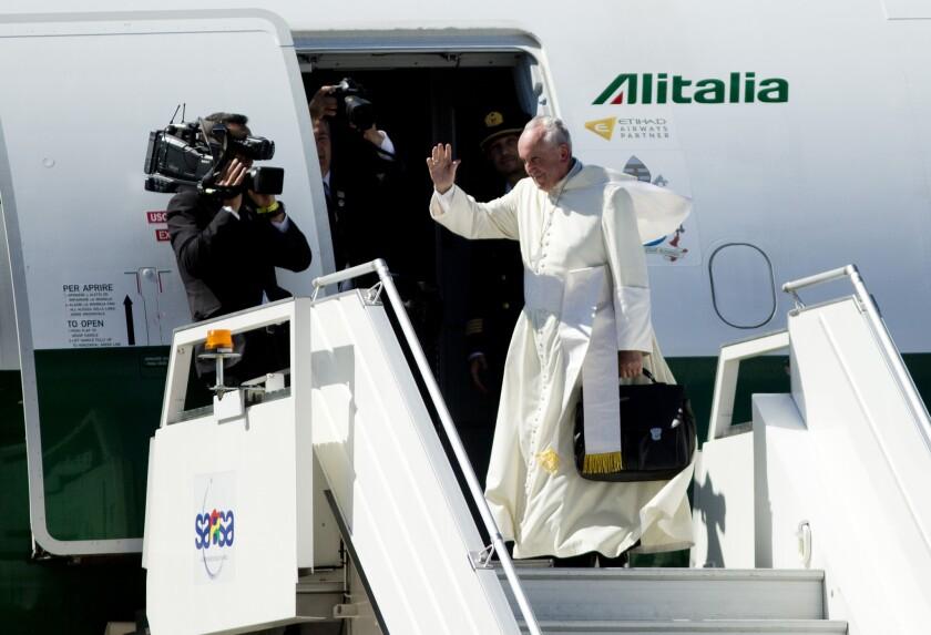 El papa Francisco se despide segundos antes de abordar el avión de Alitalia que lo llevaría de Santa Cruz, Bolivia, hacia Paraguay. El pontífice concluye el domingo una gira por Sudamérica que también lo llevó por Ecuador.