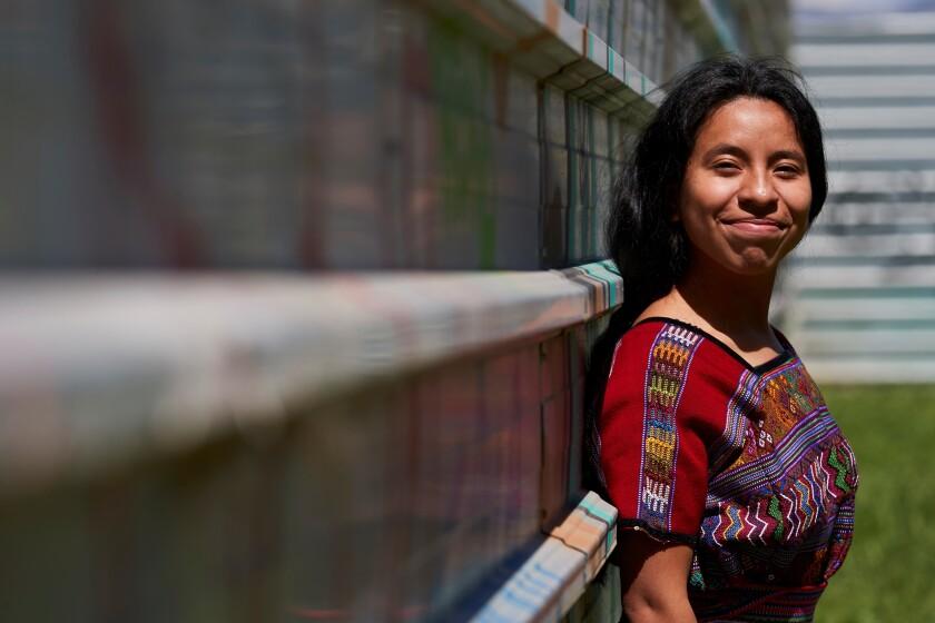 En la imagen la cantante y compositora guatemalteca Sara Curruchich.
