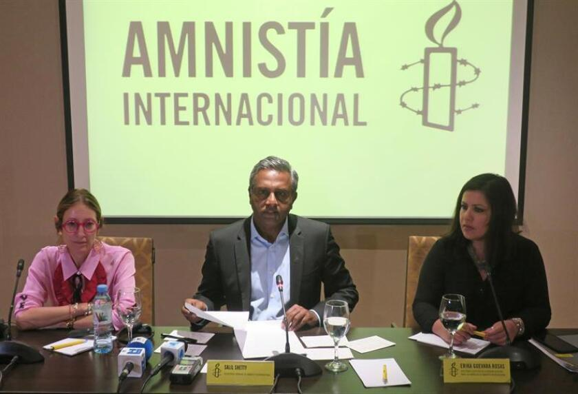 La directora ejecutiva de Amnistía Internacional (AI) Argentina Mariela Belski, el secretario general de AI Salil Shetty y la directora de AI para las Américas Erika Guevara Rosas participan en una rueda de prensa el jueves 12 de abril de 2018. EFE/Archivo