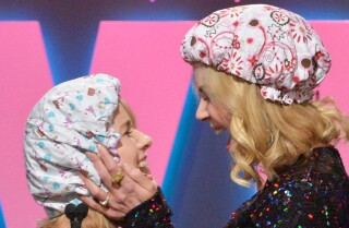 Nicole Kidman kisses Naomi Watts onstage -- for a reason