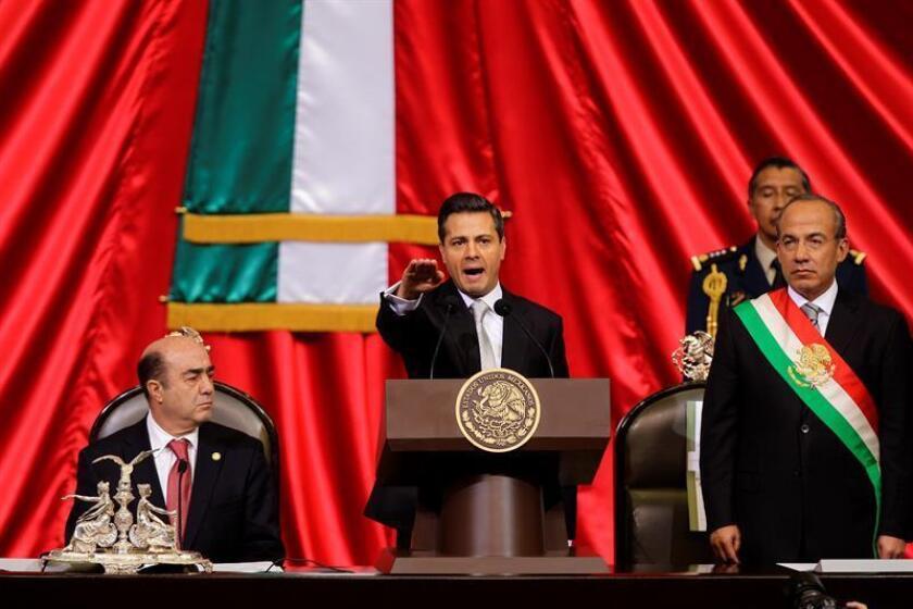 Fotografía de archivo del 1 de diciembre de 2012, de la toma de posesión presidencial de Enrique Peña Nieto (c), que sucedía a Felipe Calderon, en el recinto de Palacio Legislativo, en Ciudad de México (México). EFE/SOLO USO EDITORIAL/Archivo