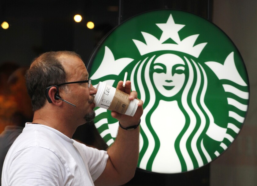 En esta foto, un hombre bebe un café de Starbucks en Nueva York. Starbucks anunció que subirá sus precios a partir del martes 7 de julio de 2015.
