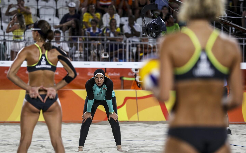 Kira Walkenhorst (i) de Alemania hace señas a su compañera Laura Ludwig (d) frente a Doaa Elghobashy (c) de Egipto durante un juego de voleibol playa femenil en Río 2016, en la playa de Copacabana