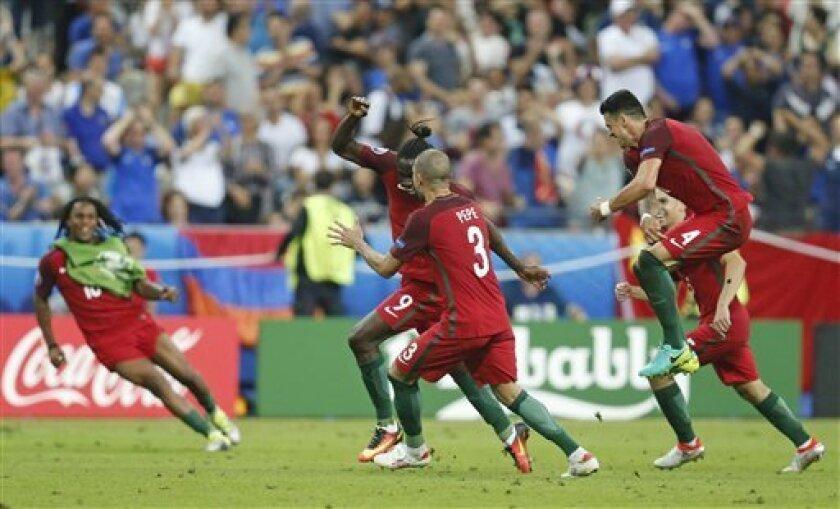 El jugador de Portugal, Eder, centro, festeja con compañeros tras anotar un gol contra Francia en la final de la Eurocopa el domingo, 10 de julio de 2016, en Saint-Denis, Francia. (AP Photo/Michael Probst)