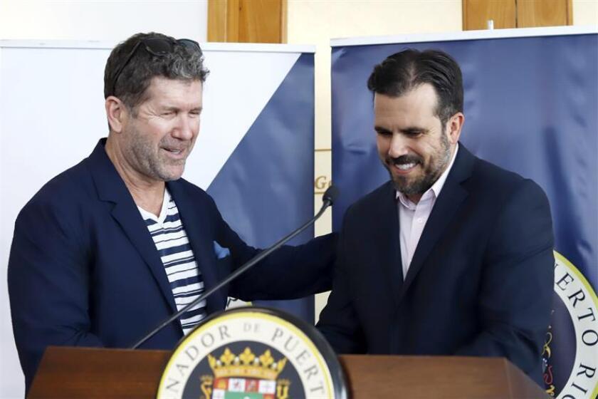 El gobernador de Puerto Rico Ricardo Rosselló (d) saluda al expelotero Edgar Martínez (i) el jueves 7 de febrero de 2019 en el Salón Gobernadores del Aeropuerto Internacional Luis Muñoz Marín de San Juan (Puerto Rico). EFE/Archivo