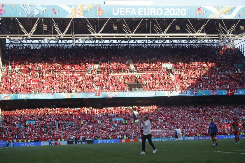 El seleccionador de Dinamarca, Kasper Hjulmand, aplaude a la afición mientras abandona el campo luego de un partido del Grupo B de la Eurocopa entre Dinamarca y Bélgica, en el estadio Parken de Copenhague, el 17 de junio de 2021. (Wolfgang Rattay, Pool via AP)