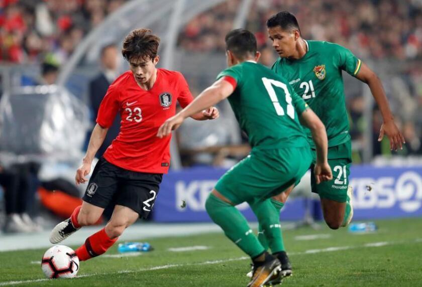 Los bolivianos Marvin Bejarano (c) y Paul Arano (d) presionan al surcoreano Kim Moon-hwan durante el encuentro amistoso entre Corea del Sur y Bolivia celebrado este viernes en el estadio Munsu de Ulsan, en Ulsan, Corea del Sur. Bolivia cayó por 1- 0. EFE