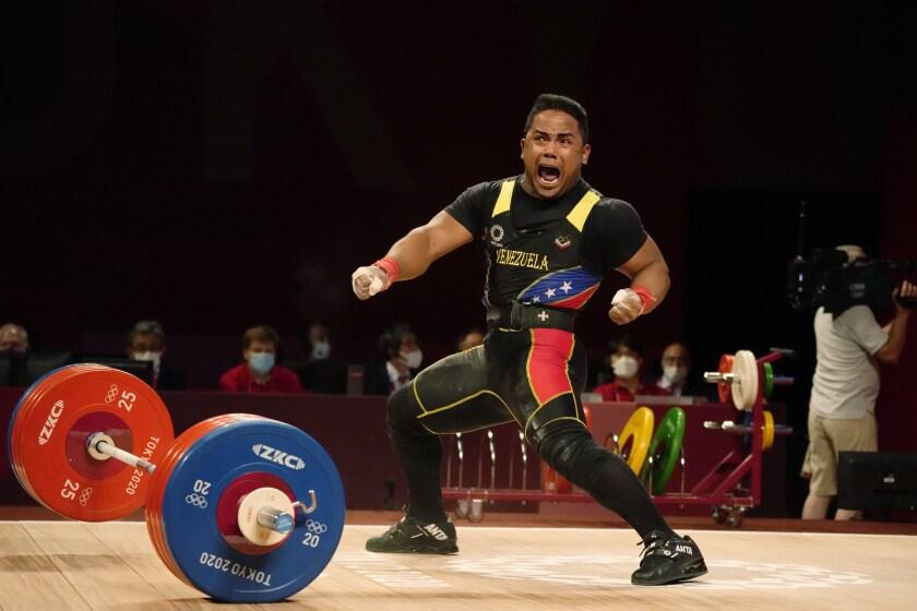 El venezolano Keydomar Vallenilla festeja tras su último intento para ganar la medalla de plata en la categoría de 81 kg del levantamiento de pesas de los Juegos Olímpicos de Tokio, el sábado 31 de julio de 2021. (AP Foto/Luca Bruno)