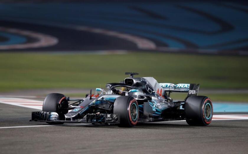 El piloto británico de Fórmula Uno Lewis Hamilton, de Mercedes AMG, participa en los entrenamientos libres en el circuito de Yas Marina de Abu Dabi, Emiratos Árabes Unidos, ayer. EFE