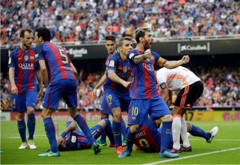 El jugador del Barcelona, Lionel Messi, derecha, festeja tras anotar un gol de penal contra el Valencia en el triunfo 3-2 del Barcelona el sábado, 22 de octubre de 2016, en Valencia, España. (AP Photo/Manu Fernandez)