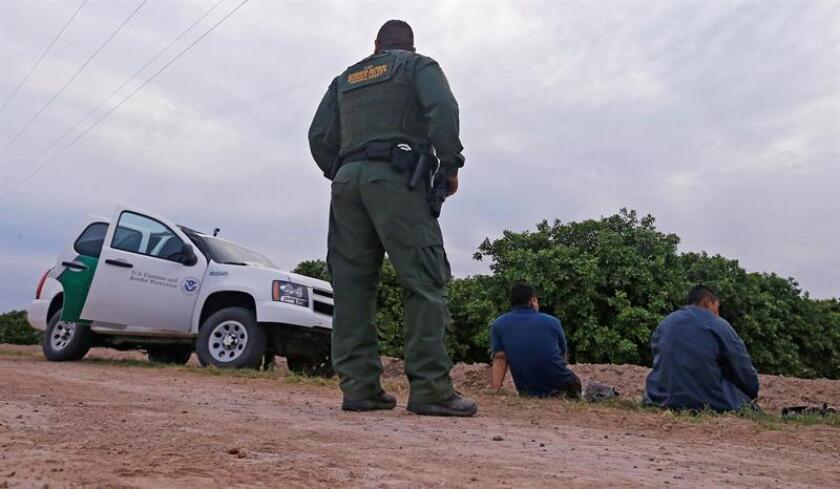 Agentes fronterizos de Estados Unidos esperan para transportar a unos sospechosos tras cruzar supuestamente la frontera de río Grande, cerca de México, en Texas, Estados Unidos. EFE/Archivo