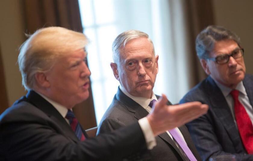 El secretario de Defensa, James Mattis (c), escucha al presidente estadounidense, Donald J. Trump (i), conversar durante una reunión con jefes de Estado de los países Bálticos en la Casa Blanca, Washington D.C (Estados Unidos). EFE/Archivo