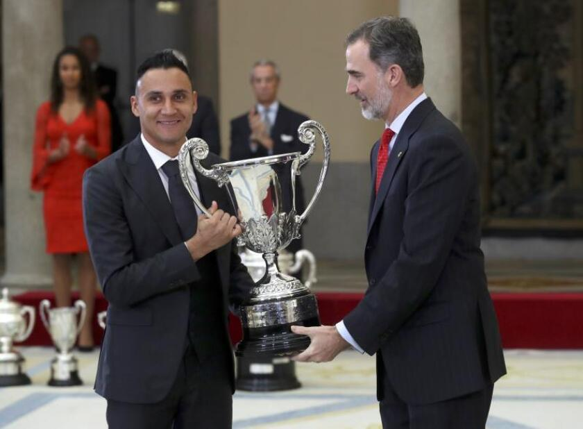 El guardameta costarricense del Real Madrid Keylor Navas recoge el Trofeo Comunidad Iberoamericana que le ha entregado el Rey Felipe VI, durante la ceremonia de entrega de los Premios Nacionales del Deporte 2017 que ha tenido lugar hoy en el Palacio de El Pardo. EFE