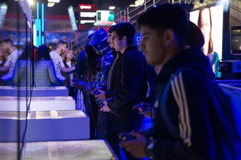 Un grupo de personas compite este viernes durante la feria de videojuegos Festigame 2019, que tiene lugar en el centro de convenciones Espacio Riesco de Santiago (Chile). EFE/Alberto Valdés