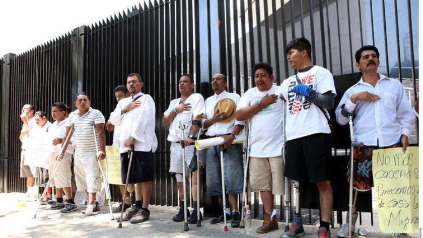 Hondureños abogan por cinco inmigrantes amputados detenidos en San Diego, California.