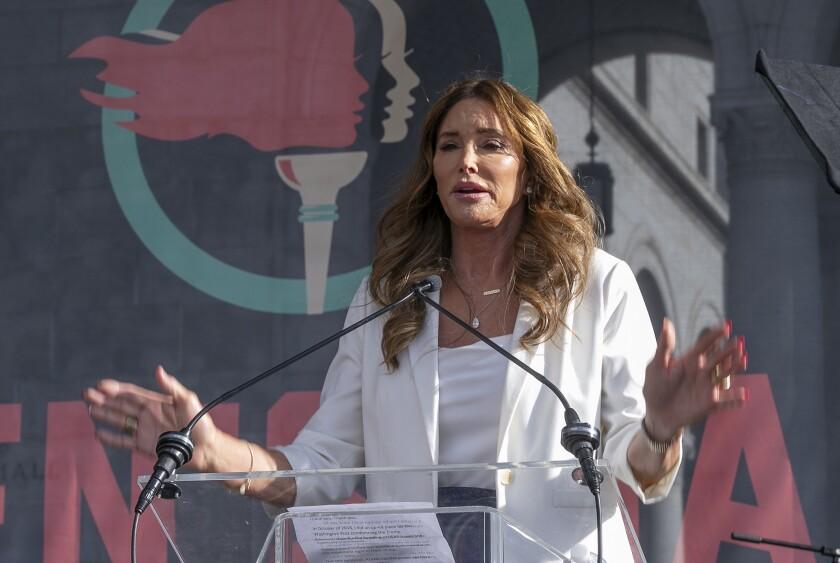 ARCHIVO - En esta foto del 18 de enero de 2020, Caitlyn Jenner habla en la cuarta Marcha de las Mujeres en Los Ángeles. Jenner y John Cox, republicanos ambos, están en campaña para revocar al gobernador demócrata de California, Gavin Newsom, y a la vez se disputan la gobernación. (AP Foto/Damian Dovarganes, File)