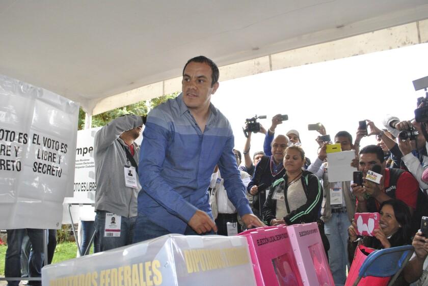 En esta foto de archivo del 7 de junio de 2015, el futbolista mexicano Cuauhtémoc Blanco vota en las elecciones de Cuernavaca, México. Blanco protagoniza una huelga de hambre para defender su cargo como alcalde de Cuernavaca, informó el sábado, 17 de diciembre de 2016. (AP Photo/Tony Rivera, File)