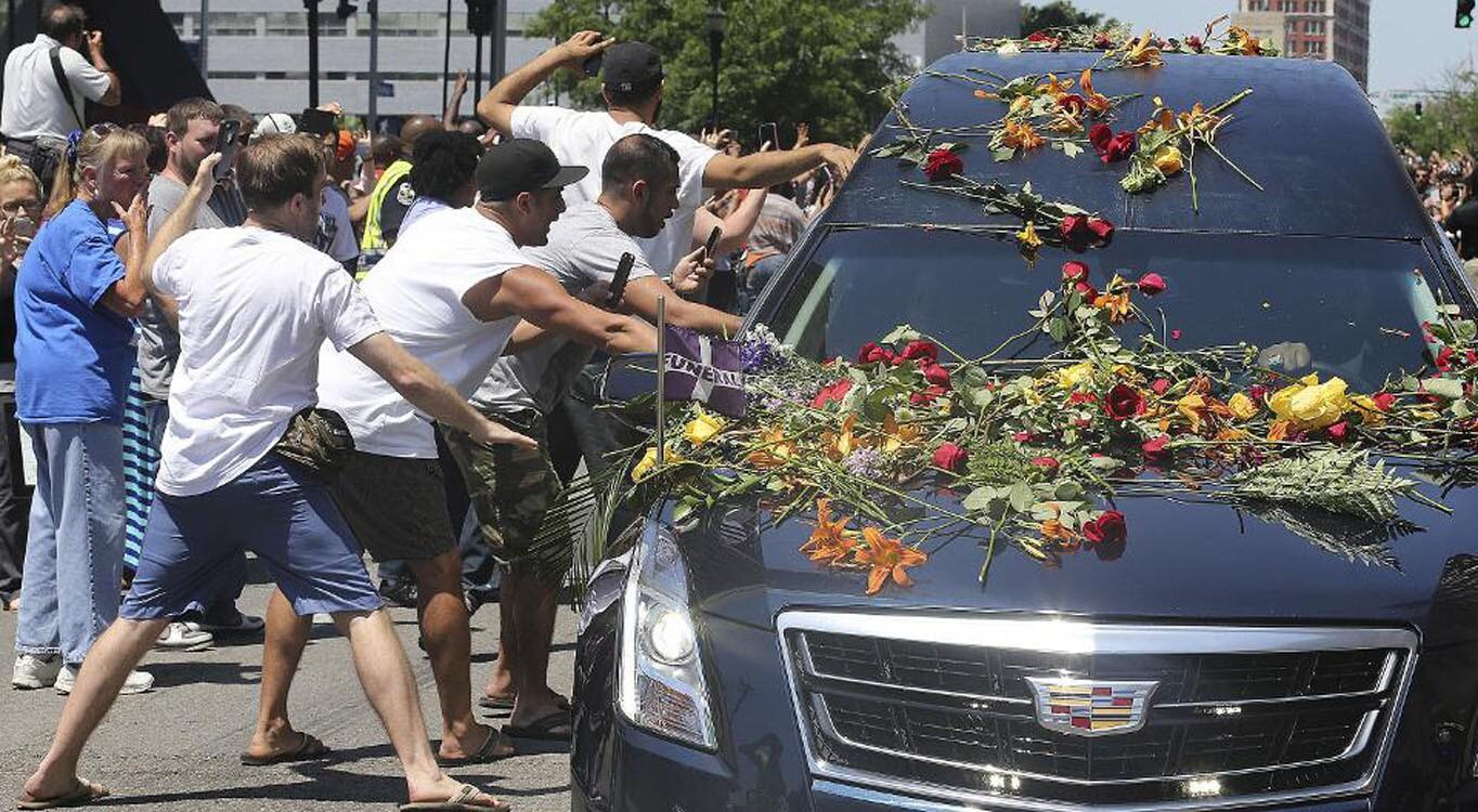 Los fans lanzaron flores al vehículo donde trasladaron el féretro del legendario Muhammad Ali.