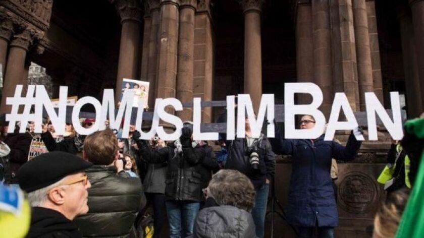 """Los críticos a la orden de Trump consideran que se trata de una """"prohibición de musulmanes""""."""