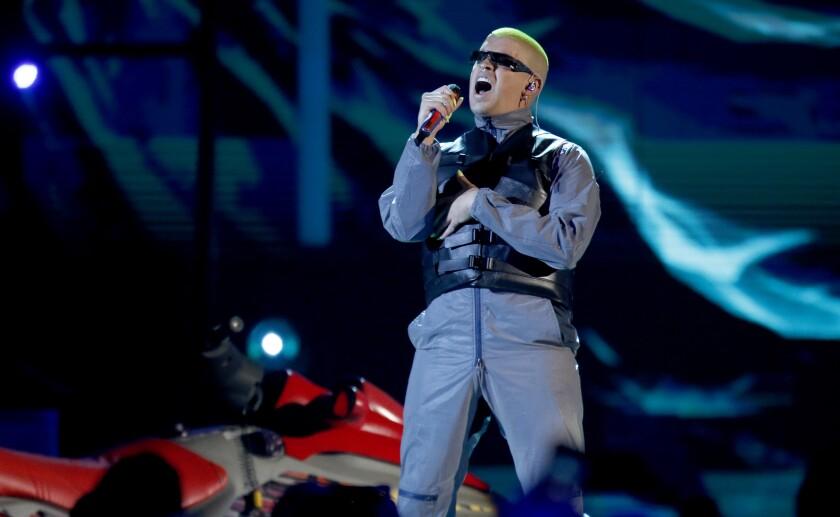 Bad Bunny canta en la ceremonia de los Premios Billboard de la Música Latina en Las Vegas.