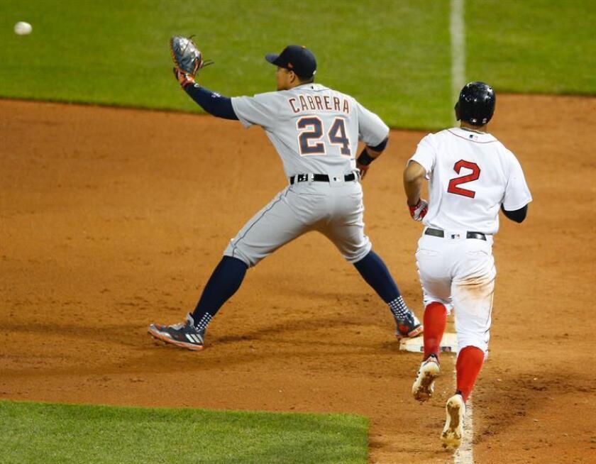 Miguel Cabrera (i) de los Tigres de Detroit y Xander Bogaerts (d) de los Medias Rojas de Boston en acción durante un juego de béisbol de las Grandes Ligas (MLB). EFE/Archivo