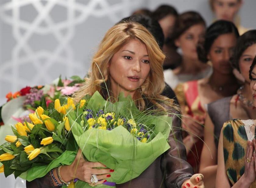 Gulnara Karimova (c), hija del presidente de Uzbekistán, Islam Karimov, recibe el aplauso del público después del desfile de su marca GULI, el sábado 2 de abril de 2011, durante la Semana de la Moda de Rusia, en Moscú (Rusia). EFE/Archivo