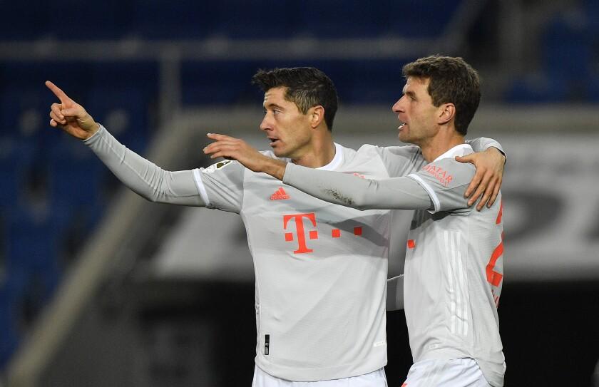 Los jugadores de Bayern Múnich Robert Lewandowski y Thomas Mueller, de izquierda a derecha