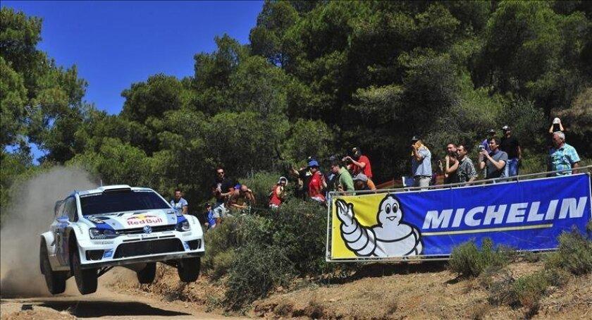El piloto francés Ogier Sebastien, conduce su Volkswagen Polo R WRC durante una etapa del Rally Acrópolis. EFE