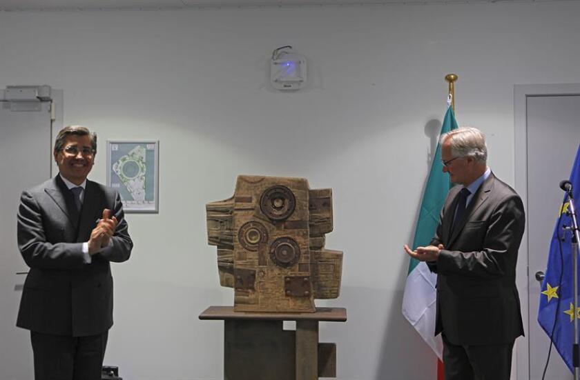 """El embajador de México en la UE, Juan José Gómez Camacho (i), hace entrega de la escultura de Adán Paredes al secretario general adjunto para Asuntos Económicos y Globales del SEAE, Christian Leffler, que supone """"un gesto de apreciación a las instituciones europeas"""" y a las buenas relaciones bilaterales, según dijo el embajador de México en la UE . EFE/Archivo"""