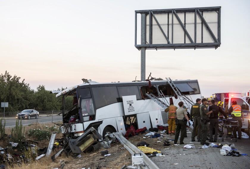 Equipos de rescate trabajan en el lugar donde chocó un autobús en la autopista 99 entre Atwater y Livingston, California, el martes 2 de agosto de 2016. (Andrew Kuhn/Merced Sun-Star via AP)