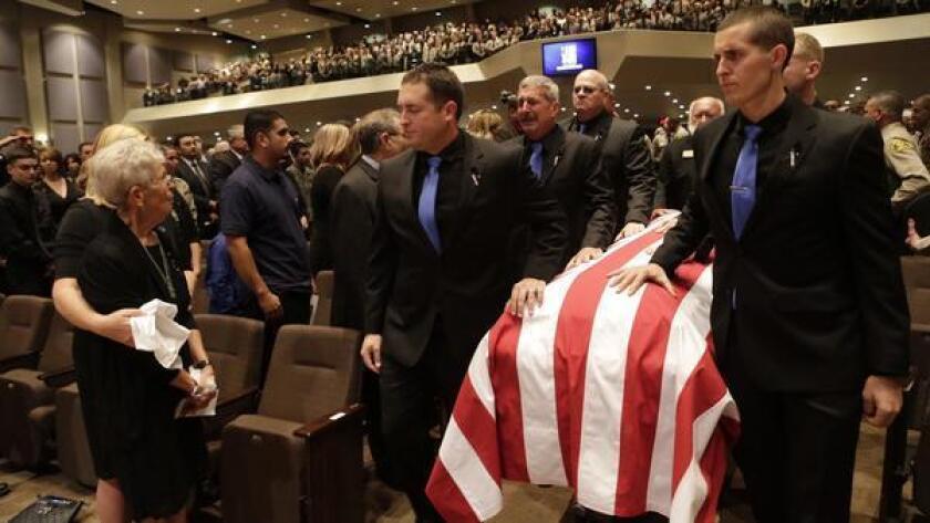 Miles de agentes de policía y miembros de la comunidad se reunieron para presentar sus respetos al fallecido sargento Steve Owen, del Departamento del Sheriff del Condado de Los Ángeles, en Lancaster Baptist Church, de Lancaster.