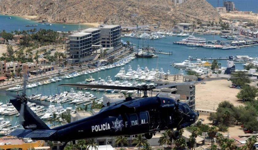 Un helicóptero de la Policía Federal sobrevuela en Los Cabos. EFE/Archivo
