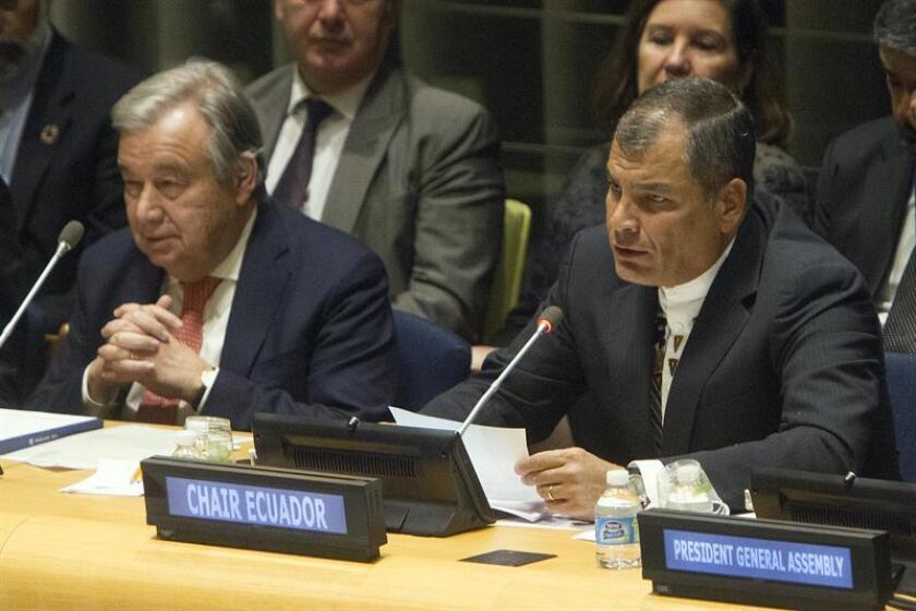 Rafael Correa, presidente de la República del Ecuador (d), junto al Secretario General de las Naciones Unidas, Antonio Guterres, este viernes 13 de enero de 2017, al asumir la presidencia pro tempore del Grupo de los 77, en una acto relizado en las Naciones Unidas en Nueva York. EFE