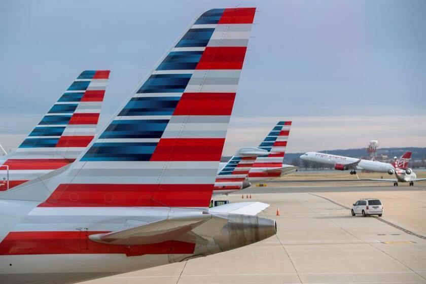 Imagen que muestra la parte trasera de varios aviones de la aerolínea estadounidense American Airlines (AA) en el aeropuerto Ronald Reagan de Arlington, Virginia (Estados Unidos). EFE/Archivo