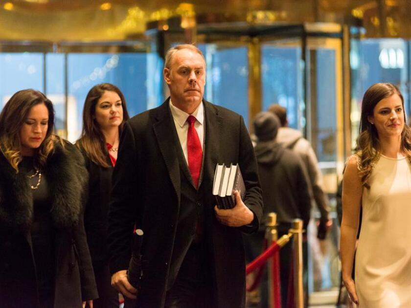 Nacido en la rural Montana hace 55 años, Ryan Zinke es un pescador experto y un cazador preciso, comandó tropas del cuerpo de elite de la Armada, los Navy SEAL, y ahora tendrá en sus manos los recursos naturales de Estados Unidos como nuevo secretario del Interior de Donald Trump. EFE/ARCHIVO