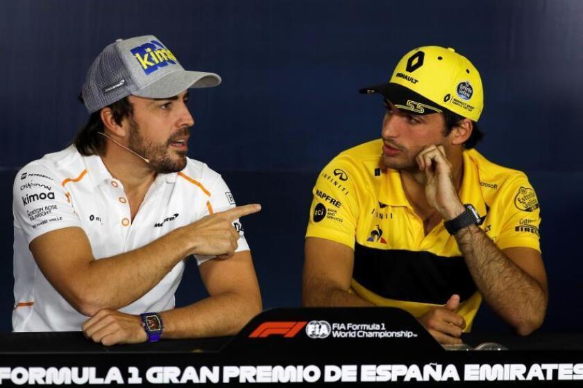 Los pilotos españoles Fernando Alonso (i) y Carlos Sainz (d), durante una rueda de prensa. EFE/Archivo