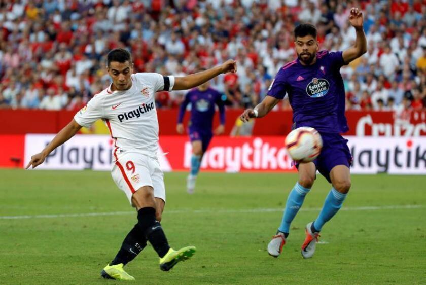 El delantero francés del Sevilla, Wissam Ben Yedder (d), lucha con el defensa mexicano del Celta de Vigo, Néstor Araujo (i), durante el partido correspondiente a la 8? jornada de Liga en Primera División. EFE/Archivo
