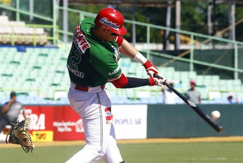 El mexicano Joey Meneses batea una bola. EFE/Archivo