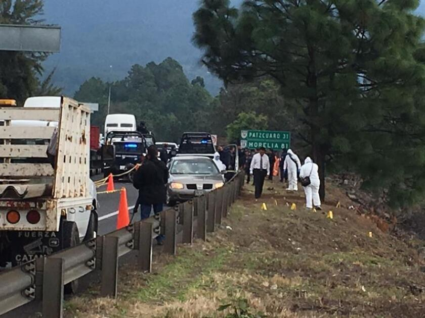 El director de Seguridad Pública del municipio mexicano de Ziracuaretiro, Isidro Mendoza Berre, fue asesinado a tiros por un comando armado cuando conducía su vehículo sobre una de las principales autopistas del estado. EFE
