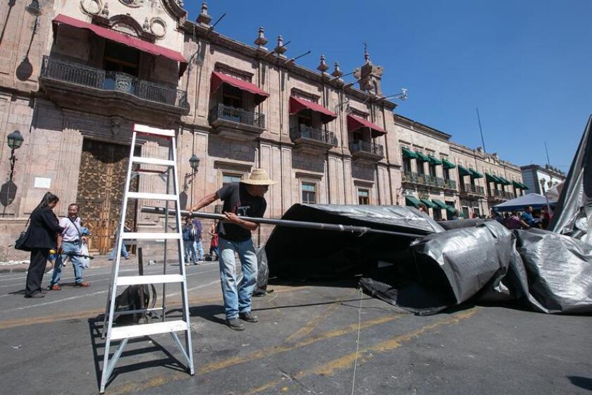 Integrantes de la Coordinadora Nacional de Trabajadores de la Educación (CNTE) de México, levantan su campamento hoy viernes, en la ciudad de Morelia en el estado de Michoacán (México). EFE