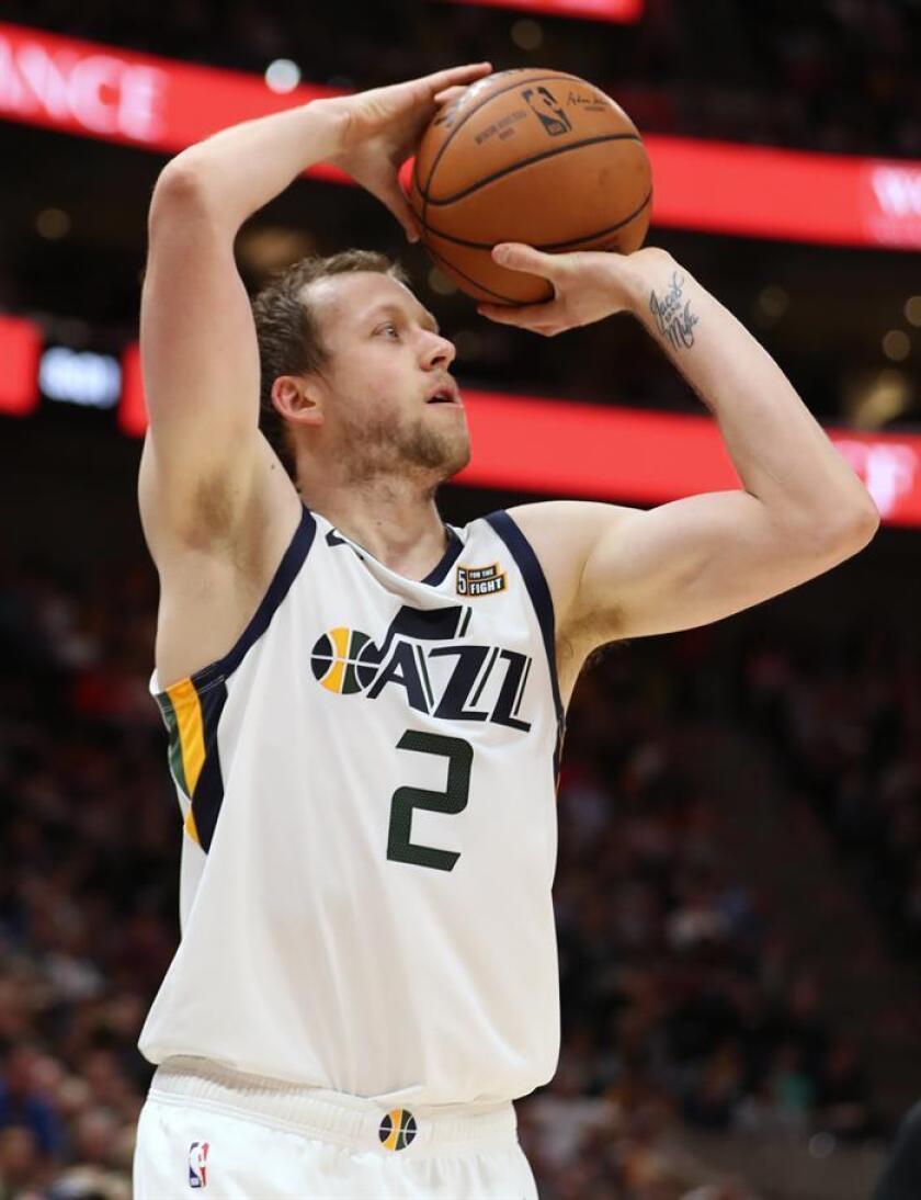 El alero de Utah Jazz Joe Ingles lanza el balón. EFE/Archivo